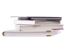 τα βιβλία ανασκόπησης που απομονώνονται το λευκό συσσωρεύουν Στοκ φωτογραφία με δικαίωμα ελεύθερης χρήσης