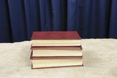 Τα βιβλία είναι στον πίνακα Στοκ Φωτογραφίες