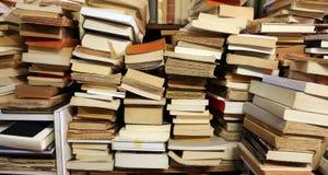 Τα βιβλία συσσώρευσαν επάνω για την πώληση στη μεγάλη βιβλιοθήκη Στοκ εικόνες με δικαίωμα ελεύθερης χρήσης