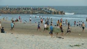 Τα βιετναμέζικα παιδιά παίζουν το ποδόσφαιρο στην παραλία άμμου απόθεμα βίντεο