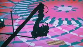 Τα βιντεοκάμερα στο γερανό κινούνται στο εσωτερικό πότε η πυροβολώντας TV παρουσιάζει φιλμ μικρού μήκους
