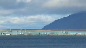 Τα βιομηχανικά κτήρια εγκαταστάσεων κοντά στο φάλαινα-φιορδ στην Ισλανδία στην ηλιόλουστη ημέρα, ηρεμούν το βιομηχανικό τοπίο φιλμ μικρού μήκους