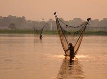 Τα βιρμανός άτομα πιάνουν τα ψάρια από καθαρό στο Μιανμάρ στοκ εικόνες με δικαίωμα ελεύθερης χρήσης
