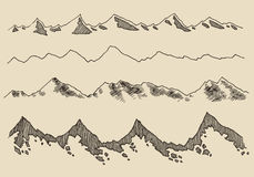 Τα βουνά καθορισμένα τα περιγράμματα που χαράσσουν το διανυσματικό χέρι σύρουν Στοκ Φωτογραφίες