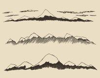 Τα βουνά καθορισμένα τα περιγράμματα που χαράσσουν το διανυσματικό χέρι σύρουν Στοκ εικόνες με δικαίωμα ελεύθερης χρήσης