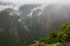 Τα βουνά και τα σύννεφα των Άνδεων στο ίχνος Inca Περού τρισδιάστατος νότος τρία απεικόνισης αριθμού της Αμερικής όμορφος διαστατ Στοκ Φωτογραφία