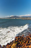Τα βουνά και το λιμάνι στον κόλπο Gordons κοντά στο Καίηπ Τάουν. Στοκ Εικόνες