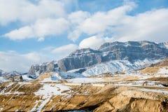 Τα βουνά κατά τη διάρκεια του χειμώνα στο Αζερμπαϊτζάν στοκ φωτογραφία με δικαίωμα ελεύθερης χρήσης