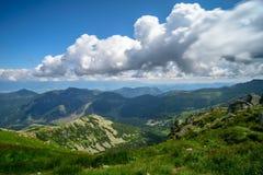 Τα βουνά με την κίνηση θολώνουν τα σύννεφα στοκ εικόνα με δικαίωμα ελεύθερης χρήσης