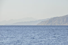 Τα βουνά στην ακτή της Ερυθράς Θάλασσας Στοκ Εικόνες
