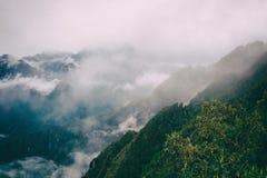 Τα βουνά των Άνδεων στην υδρονέφωση στο ίχνος Inca Περού τρισδιάστατος νότος τρία απεικόνισης αριθμού της Αμερικής όμορφος διαστα Στοκ φωτογραφία με δικαίωμα ελεύθερης χρήσης