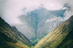 Τα βουνά των Άνδεων στην υδρονέφωση στο ίχνος Inca Περού τρισδιάστατος νότος τρία απεικόνισης αριθμού της Αμερικής όμορφος διαστα Στοκ Εικόνα