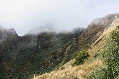 Τα βουνά των Άνδεων στην υδρονέφωση στο ίχνος Inca Περού τρισδιάστατος νότος τρία απεικόνισης αριθμού της Αμερικής όμορφος διαστα Στοκ εικόνες με δικαίωμα ελεύθερης χρήσης