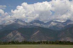 Τα βουνά των βουνών Barguzin, αυτή η κοιλάδα του ποταμού Barguzin στοκ φωτογραφία