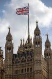 Τα βρετανικά σπίτια του Κοινοβουλίου που φέρουν τη σημαία ένωσης Στοκ εικόνες με δικαίωμα ελεύθερης χρήσης