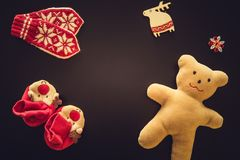 Τα γάντια μωρών, τα bootees και ένα Teddy αντέχουν Στοκ Εικόνες