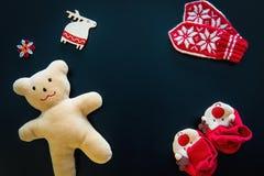 Τα γάντια μωρών, τα bootees και ένα Teddy αντέχουν Στοκ φωτογραφία με δικαίωμα ελεύθερης χρήσης