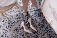 Τα γαμήλια εορταστικά παπούτσια της νύφης κλείνουν επάνω στη ημέρα γάμου στοκ φωτογραφίες