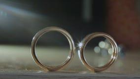Τα γαμήλια δαχτυλίδια είναι στον πίνακα φιλμ μικρού μήκους