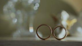 Τα γαμήλια δαχτυλίδια είναι στον πίνακα απόθεμα βίντεο
