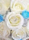 Τα γαμήλια δαχτυλίδια μέσα σε έναν όμορφο αυξήθηκαν boquet Στοκ Εικόνες