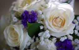 Τα γαμήλια δαχτυλίδια στο λευκό αυξήθηκαν Στοκ εικόνα με δικαίωμα ελεύθερης χρήσης