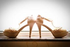 Τα γαμήλια παπούτσια της νύφης Στοκ Εικόνες