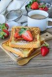 Τα γαλλικά έψησαν με τη φράουλα και τον καφέ, πρόγευμα υγιές Στοκ Φωτογραφία