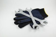 Τα γαλλικά κλειδιά λειτουργούν τα γάντια σε ένα άσπρο υπόβαθρο στοκ εικόνα με δικαίωμα ελεύθερης χρήσης