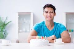 Τα γενέθλια εορτασμού νεαρών άνδρων μόνο στο σπίτι Στοκ φωτογραφίες με δικαίωμα ελεύθερης χρήσης