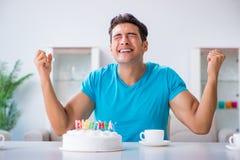 Τα γενέθλια εορτασμού νεαρών άνδρων μόνο στο σπίτι Στοκ Εικόνες