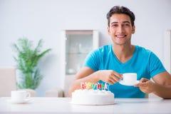 Τα γενέθλια εορτασμού νεαρών άνδρων μόνο στο σπίτι Στοκ Εικόνα