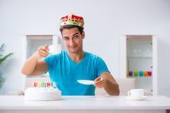 Τα γενέθλια εορτασμού νεαρών άνδρων μόνο στο σπίτι Στοκ φωτογραφία με δικαίωμα ελεύθερης χρήσης