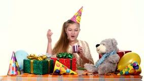 Τα γενέθλια μεταχειρίζονται όλα τα δώρα του, πολύ καλή διάθεση απόθεμα βίντεο