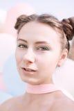 Τα γενέθλια του όμορφου κοριτσιού στα μπαλόνια Στοκ φωτογραφίες με δικαίωμα ελεύθερης χρήσης
