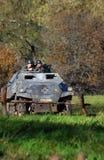 Τα γερμανικά στρατιώτης-reenactors οδηγούν μια δεξαμενή Στοκ εικόνες με δικαίωμα ελεύθερης χρήσης