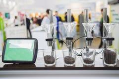 Τα γεωργικοί σιτάρια και οι σπόροι στα κύπελλα γυαλιών με το LCD επιδεικνύουν - υψηλή τεχνολογία για γεωργικό Στοκ Εικόνες