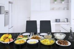Τα γεύματα χρησίμευσαν να σπάσουν το γρήγορο στην κουζίνα στοκ εικόνα