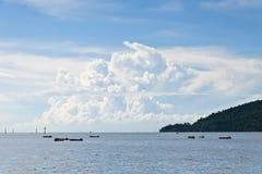 Τα γιγαντιαία άσπρα σύννεφα Στοκ εικόνες με δικαίωμα ελεύθερης χρήσης