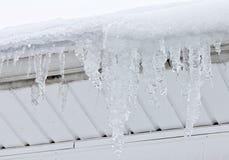 Τα γιγαντιαία παγάκια κρεμούν από τη στέγη Στοκ φωτογραφία με δικαίωμα ελεύθερης χρήσης