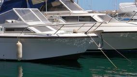 Τα γιοτ στο λιμάνι με το ήρεμο νερό, κλείνουν επάνω την άποψη φιλμ μικρού μήκους