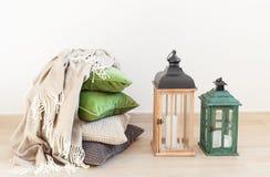 Τα γκρίζα και πράσινα μαξιλάρια, ρίχνουν άνετο βασικό εσωτερικό Στοκ Φωτογραφία