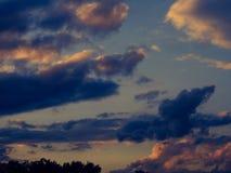 Τα γκρίζα σύννεφα στοκ φωτογραφίες