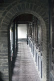 Τα γκρίζα τούβλα σχηματίζουν αψίδα το ξύλινο πάτωμα Στοκ Εικόνα