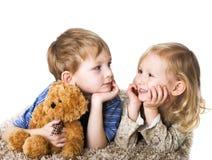 τα γοητευτικά παιδιά συνδέουν Στοκ Εικόνες