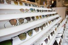 Τα γυαλιά ήλιων επιλέγουν Εκατό από τα ζωηρόχρωμα γυαλιά ηλίου για να επιλέξει από Γυαλιά ηλίου στην πώληση στοκ εικόνες με δικαίωμα ελεύθερης χρήσης