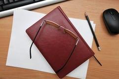τα γυαλιά βρίσκονται στο ημερολόγιο Στοκ Εικόνες