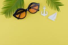 Τα γυαλιά ηλίου διακοσμούν με τα φύλλα φτερών και μικροσκοπικές sailboat και την άγκυρα Στοκ φωτογραφία με δικαίωμα ελεύθερης χρήσης