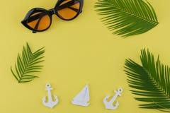 Τα γυαλιά ηλίου διακοσμούν με τα φύλλα φτερών και μικροσκοπικές sailboat και την άγκυρα Στοκ εικόνες με δικαίωμα ελεύθερης χρήσης