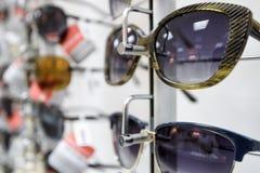 Τα γυαλιά ηλίου είναι στο κατάστημα Στοκ φωτογραφία με δικαίωμα ελεύθερης χρήσης
